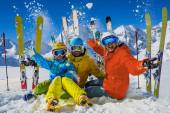 glückliche Familie, die Winterurlaub in den Bergen genießt. Spielwitz