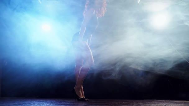 Mladí redhaired sexy strip tanečnice