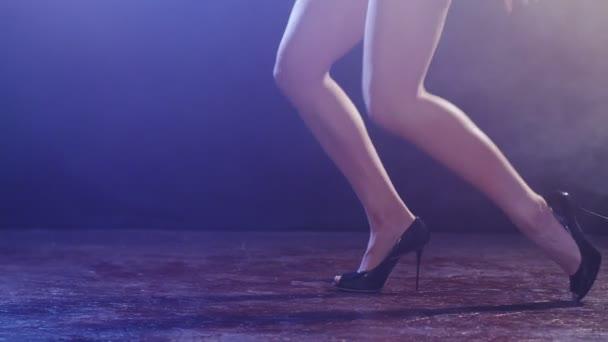 Sexuelle rothaarige Frau Tanz tanzen Badeanzug.
