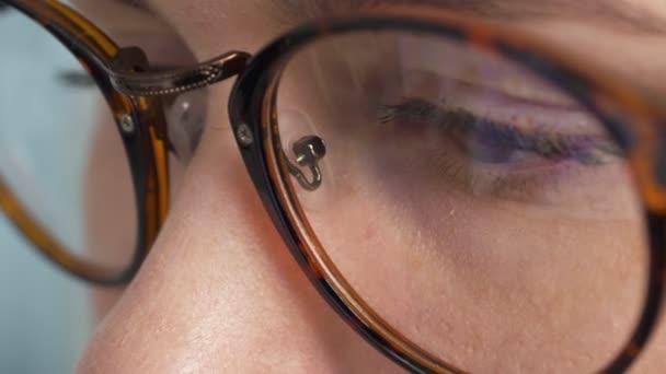 Žena v brýlích, hledání v Internetu. Detail.