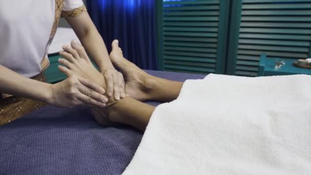 Donna che ha in piedi massaggio nel salone della stazione termale