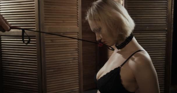 Blonde unterwürfige Frau Sklavin kniet.