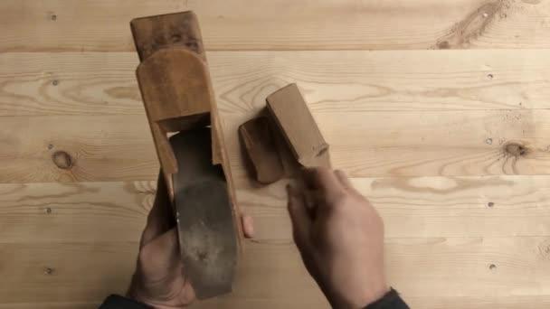 A munkapad fából készült eszköz. Kezében a munkavállaló közelről. Megszokott eszközök munka.