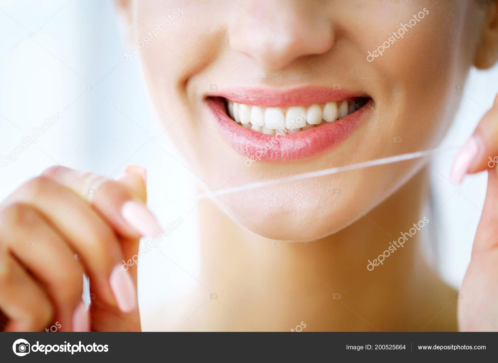 792d36c40 Cuidados Com Dentes Bela Mulher Sorridente Uso Fio Dental Dentes ...
