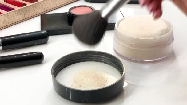 Make-up kosmetické produkty organické dekorativní kosmetika pro tvář móda módní ruměnec rouge prášek tvářenka krása kosmetika přírodní kožešiny načechrané vlákno štětce padají dolů