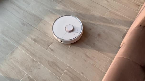 Chytrý domov. Vysavač robota provádí v určité době automatické čištění bytu
