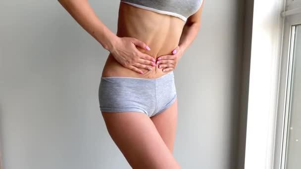 Menstruationsschmerzen. Frauenkörper, der Bauchschmerzen spürt. Krankheitskrampf im Körper