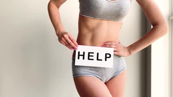 Frauengesundheit. Frauenkörper mit Symbolkarte in der Nähe des Magens