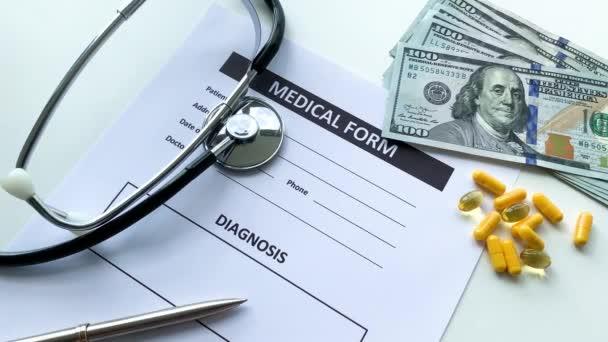Lékařský formulář s údaji pacienta o lékařském pultu.