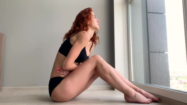 Menstruační bolest. Tělo ženy cítí bolest břicha. Nemoc v těle.