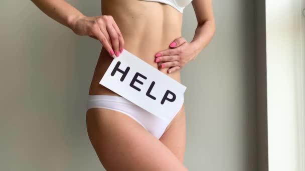 Frauengesundheit. Frauenkörper mit Symbolkarte in der Nähe des Magens.