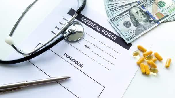 Medizinisches Formular mit Patientendaten auf dem Arzttisch.