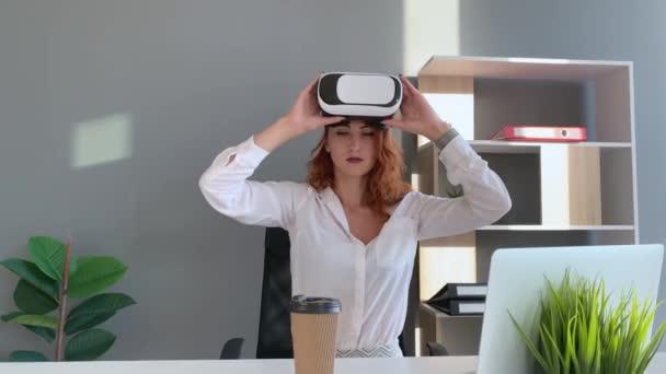 Geschäftsfrau trägt VR-Brille und interagiert mit dem Cyberspace