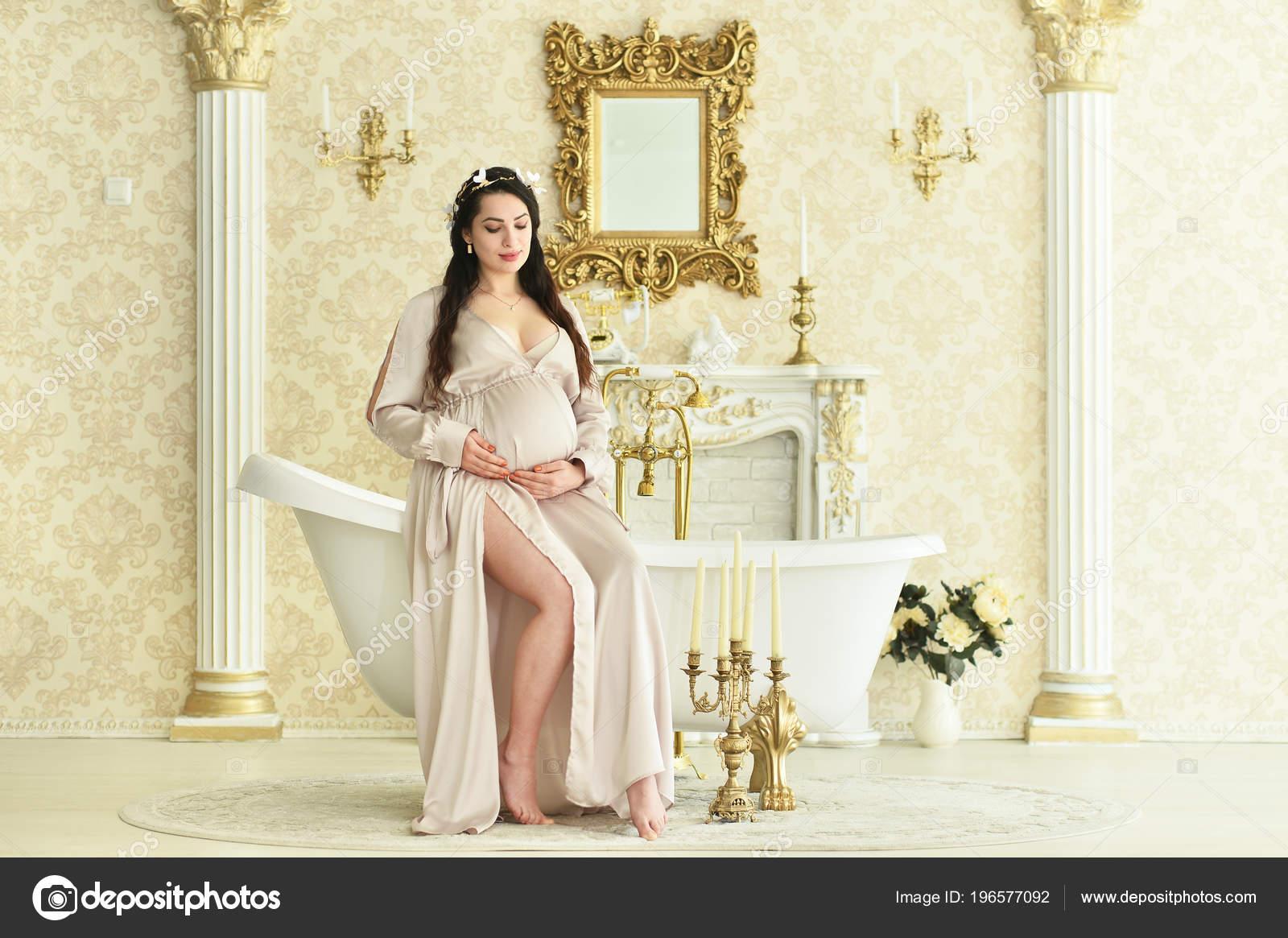 Vasca Da Bagno Gravidanza : Bella donna incinta che posa vasca bagno u2014 foto stock © aletia