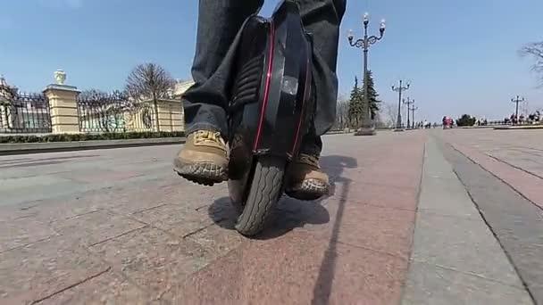 Mono kolo s nohama člověka. Tahu, pomalý pohyb