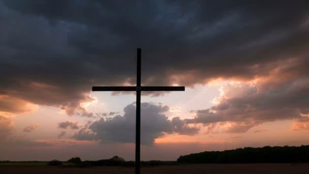 4k. Gyorsított, naplemente, felhők és Christian kereszt.