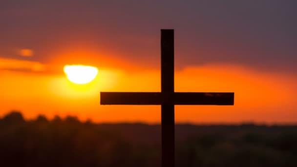 4k. Časová prodleva, Sun, oranžová obloha v západu slunce, Christian Cross.
