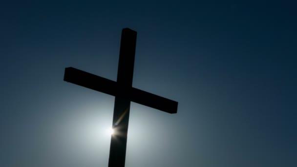4.Time-Lapse.Blue dramatická obloha s slunce a Christian kříž