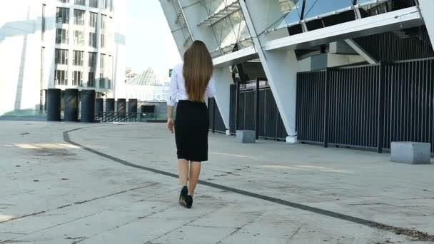 Mouvement lent femme affaires long cheveux pied dans zone bureau