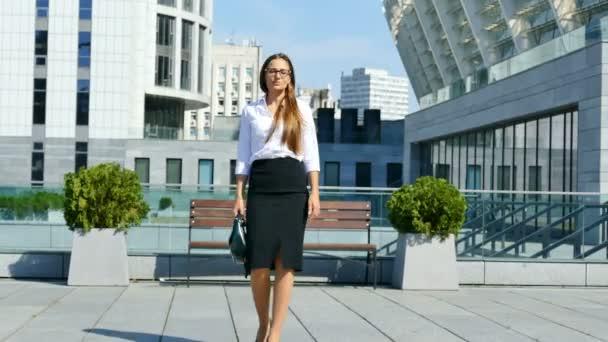 4 k. Office pihenőidőt. Business hosszú hajú nő irodaterület hirtelen tánc
