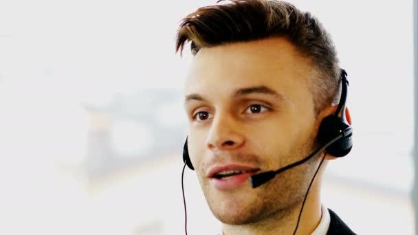 4 k. moderního člověka operátor v střediska služeb podpory zákazníků. Tvář zblízka