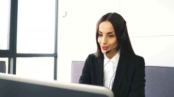 4 k. krásná žena operátor v střediska služeb podpory zákazníků si promluvit s klientem. Jezdec výstřel