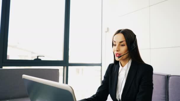 4 k. krásná žena operátor v střediska služeb podpory zákazníků hovořit s klientem