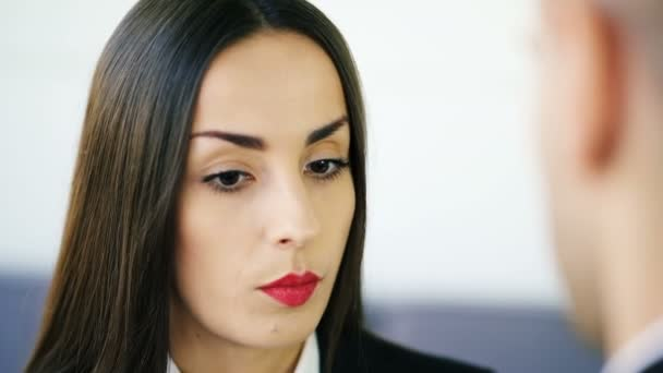 4 k. krásné vážné bruneta, podnikatelka, rozhovory s mužem v kanceláři