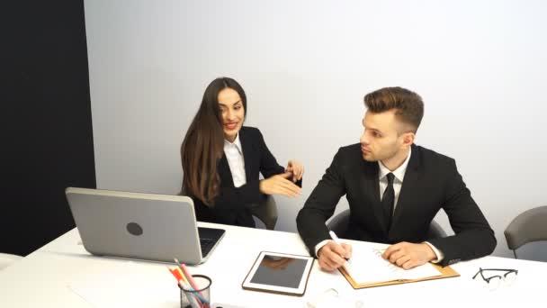 4 k. pohledný podnikatel a krásná obchodnice radovat dobré zprávy od notebooku. Světlé pozitivní emoce
