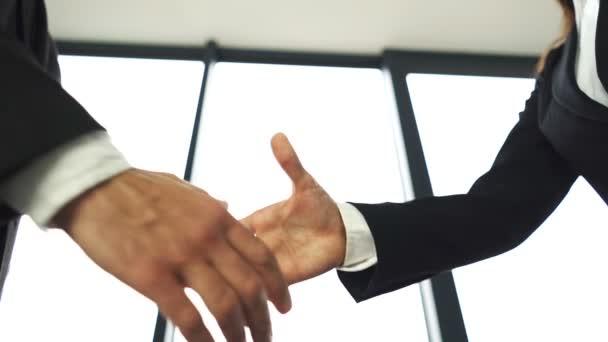 Obchodního partnera, muž a žena, potřást rukou, když setkání. Symbol úspěchu, pomalý pohyb