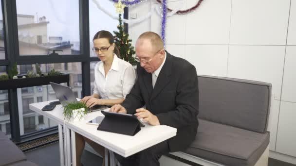 4. obchodní partneři týmu, žena něco vysvětluje na člověka. Práce v kanceláři