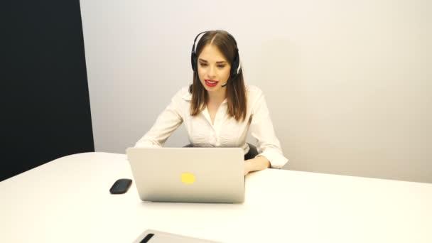 4 k. Sexy usmívající se žena operátor odpověď volání v office