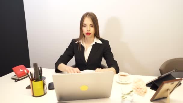 4. závažná hezké obchodní žena pracují v kanceláři a podívat se na kameru. Dolly zastřelil