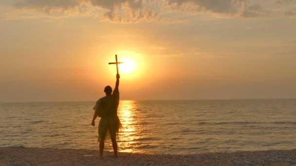 4. křesťanské modlitbě člověk asketické mnich s kříž proti západu slunce na seacost
