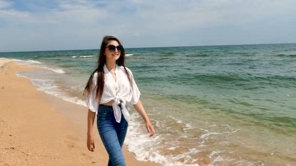 Mosolygó lány tinédzser séta a tengerparton, ocean beach. Lassú mozgás, folyamatos lövés