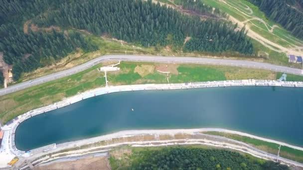 4k antenna. Hegyekkel a tóra. Felülnézet