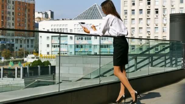 Žena kreslí něco na list papíru. oblast, stálá střela