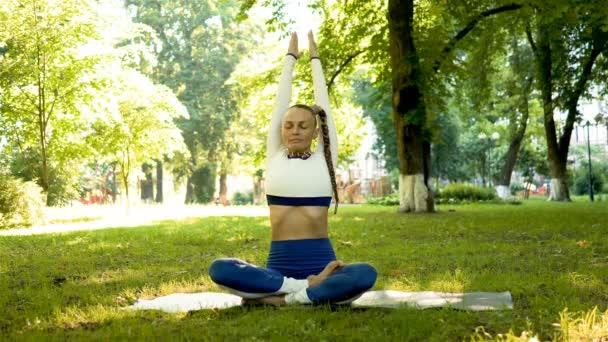 4k. soudobé józový výcvik dospělé ženy v městském parku. Asano, stálá střela