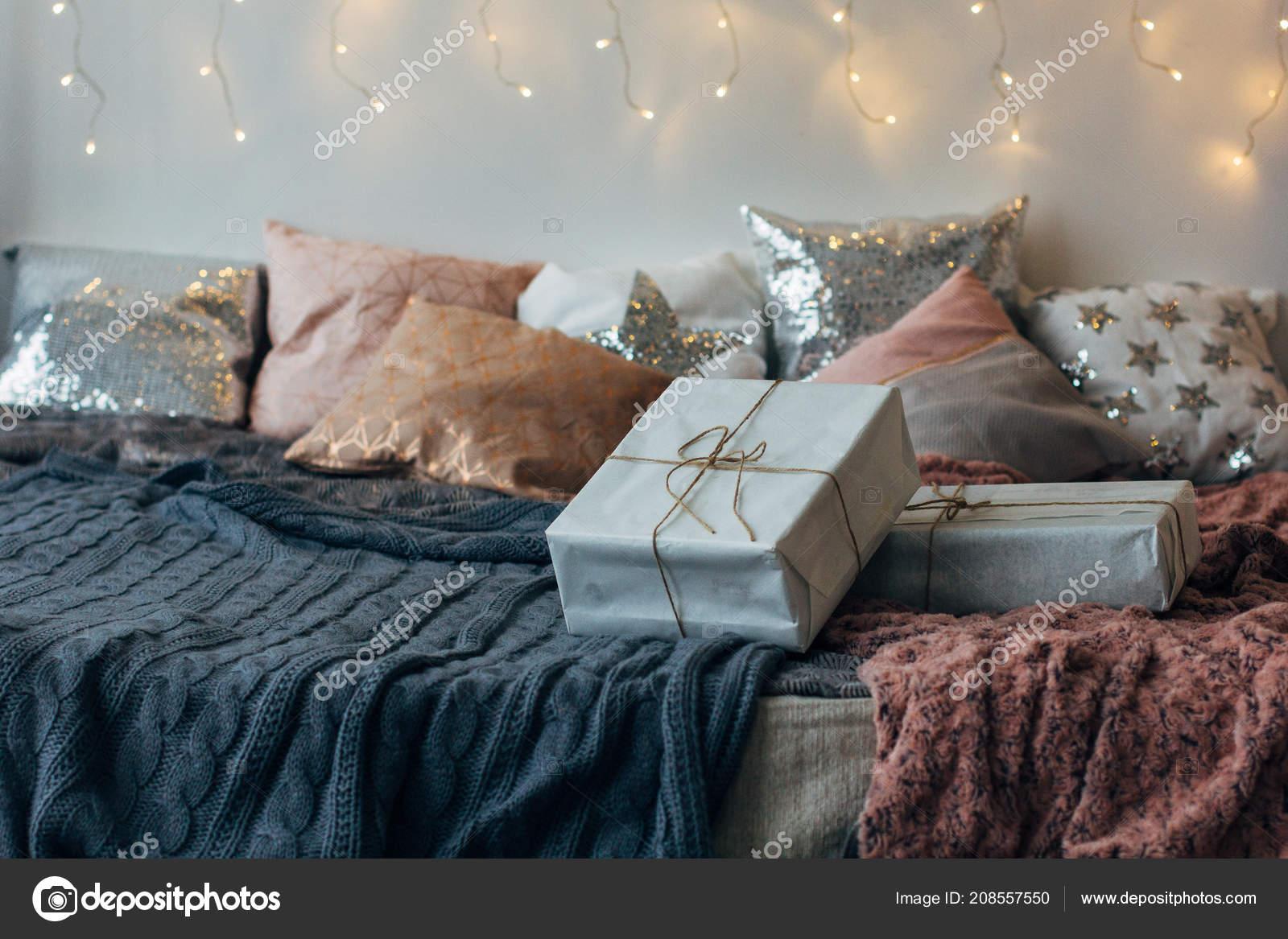 Letto Matrimoniale Con Tanti Cuscini.Natale In Camera Da Letto Di Mattina Letto Matrimoniale In Natale