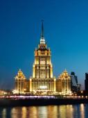 Moscow, Oroszország-április 30, 2019. A Hotel megvilágított homlokzata