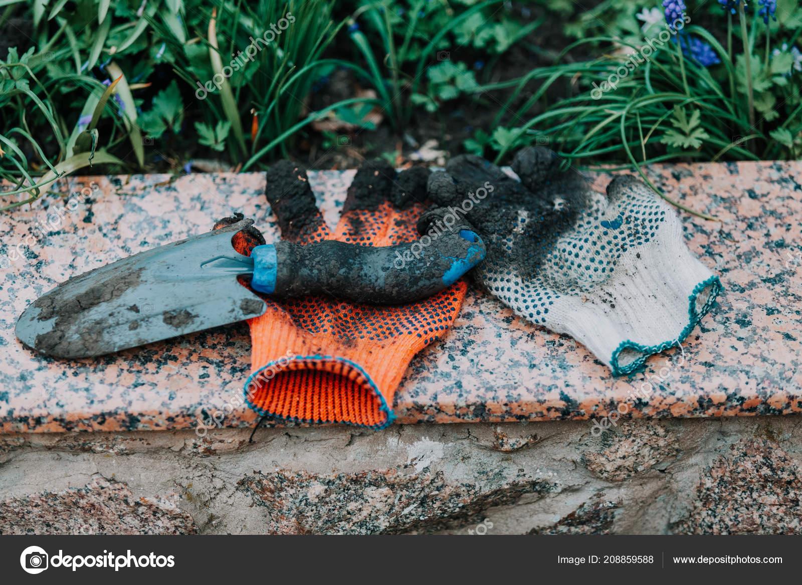 Matériel Jardinage Sur Dalle Granit Jardin Sont Des Gants ...