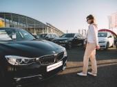 Žena nakupování zbrusu nové luxusní Bmw limuzína auto