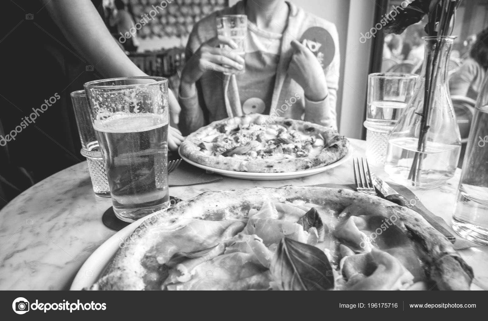 Kellner Bringen Kunden Frau Leckere Pizza Schwarz Weiß