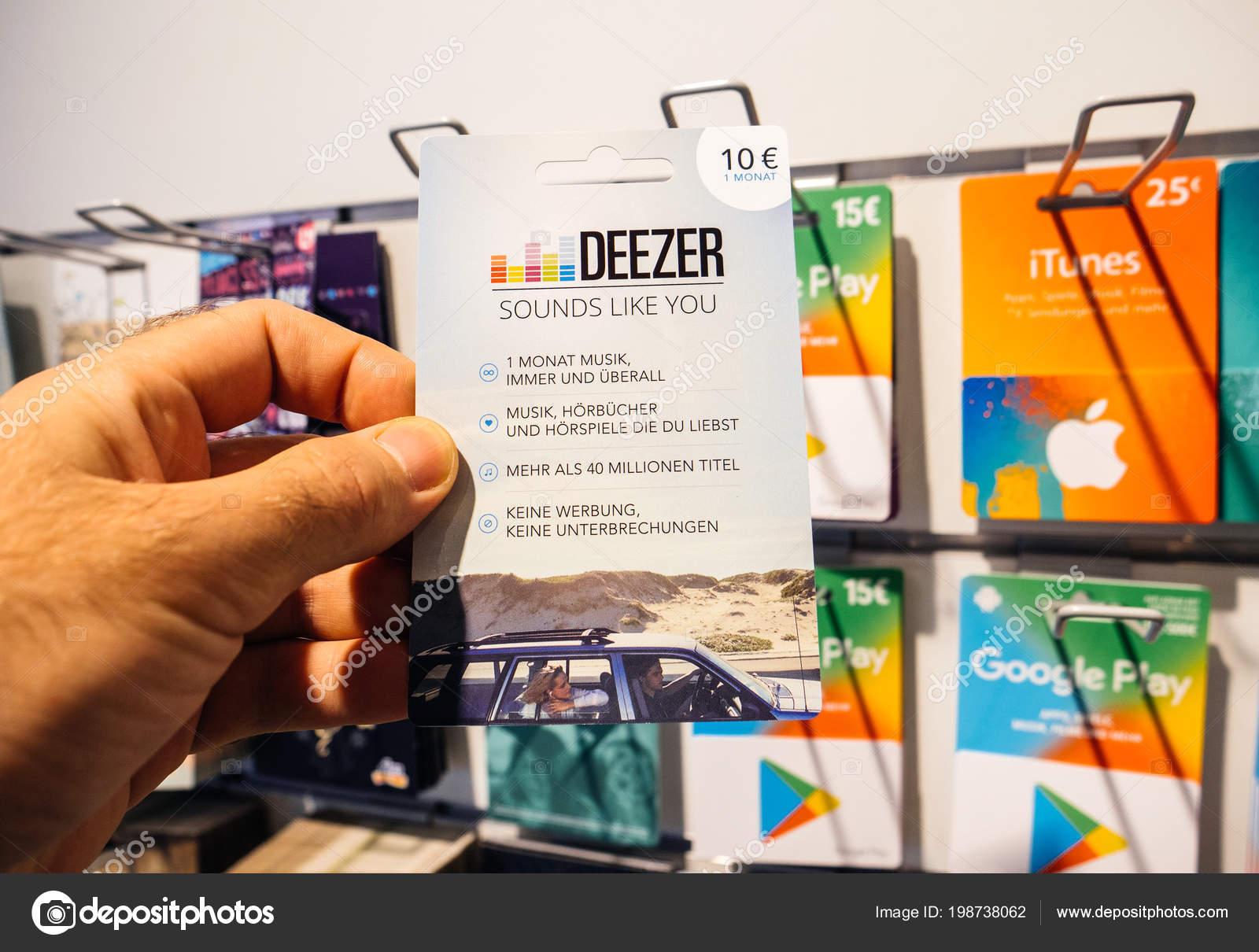 deezer karte Mann Hand Sicht Kunde Einkaufen Prepaid Karte — Redaktionelles  deezer karte