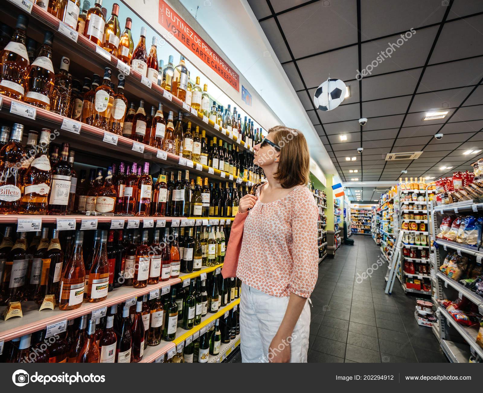Photography: french woman | Beautiful French woman shopping