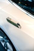 paris, france - 29. nov 2014: neues weißes Tesla-Elektroauto mit automatisiertem Türgriff