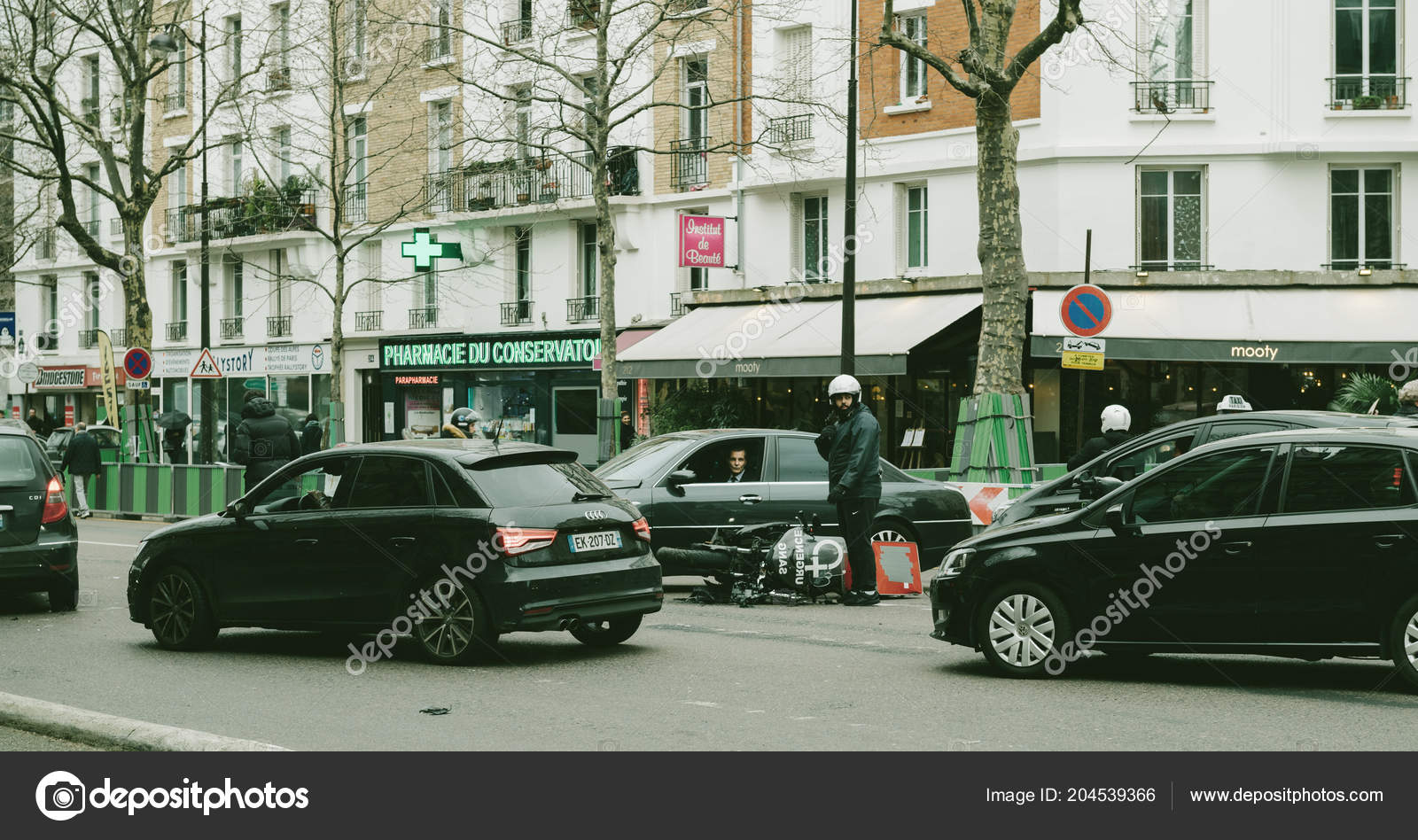 Auto Ongeluk Op De Parijse Straat Tussen Luxe Limousine Lancia Th