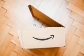 Paříž, Francie - 21. února 2018: Otevřené velké Amazon Prime krabici po porodu po rozbalení, rozbalení