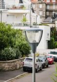 Fotografia Lampione stradale elevato vista dallalto in città francese in quartiere tranquillo