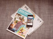 Měsíční katalog IKEA Family a smartphone s webové stránky Ikea